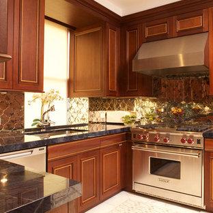 Geschlossene, Mittelgroße Klassische Küche in U-Form mit Unterbauwaschbecken, profilierten Schrankfronten, hellbraunen Holzschränken, Marmor-Arbeitsplatte, Rückwand aus Spiegelfliesen, Küchengeräten aus Edelstahl und Marmorboden in New York