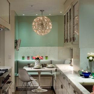 Geschlossene, Zweizeilige, Kleine Klassische Küche ohne Insel mit Unterbauwaschbecken, flächenbündigen Schrankfronten, weißen Schränken, Küchenrückwand in Weiß, Küchengeräten aus Edelstahl und dunklem Holzboden in New York