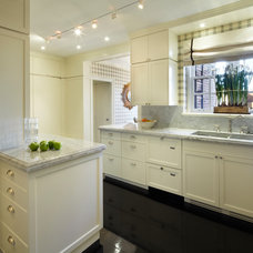 Traditional Kitchen by pelloverton