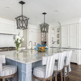 Idéer för stora vintage grått kök, med vita skåp, marmorbänkskiva, rostfria vitvaror, en köksö, brunt golv, en undermonterad diskho, skåp i shakerstil, vitt stänkskydd och korkgolv