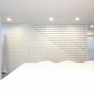 Modelo de cocina clásica renovada con armarios estilo shaker, puertas de armario blancas, encimera de cuarzo compacto, suelo de terrazo, una isla, suelo gris y encimeras blancas
