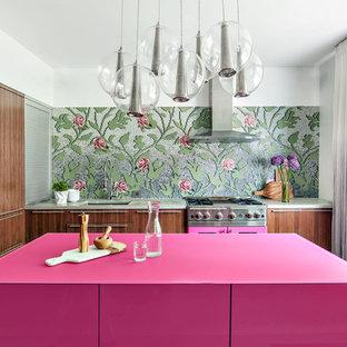 ニューヨークの大きいコンテンポラリースタイルのおしゃれなキッチン (ダブルシンク、フラットパネル扉のキャビネット、中間色木目調キャビネット、コンクリートカウンター、マルチカラーのキッチンパネル、ガラスタイルのキッチンパネル、カラー調理設備、コンクリートの床) の写真