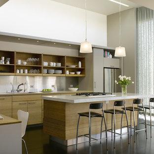 Inredning av ett modernt mellanstort linjärt kök med öppen planlösning, med öppna hyllor, skåp i ljust trä, stänkskydd med metallisk yta, rostfria vitvaror, marmorbänkskiva, mörkt trägolv, en köksö och en nedsänkt diskho