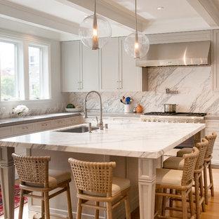 Idéer för vintage l-kök, med en undermonterad diskho, skåp i shakerstil, grå skåp, vitt stänkskydd, rostfria vitvaror, mellanmörkt trägolv, en köksö och brunt golv