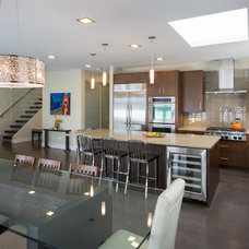 Modern Kitchen by Synthesis Design Inc.
