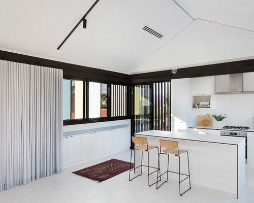 cuisine avec un plan de travail en carrelage et un sol en contreplaqu photos et id es d co de. Black Bedroom Furniture Sets. Home Design Ideas