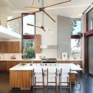 Idéer för stora funkis vitt kök, med en undermonterad diskho, släta luckor, beige stänkskydd, mörkt trägolv, en köksö, skåp i mörkt trä, bänkskiva i kvarts, rostfria vitvaror och grått golv