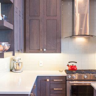 Offene Moderne Küche in L-Form mit Schrankfronten im Shaker-Stil, grauen Schränken, Küchengeräten aus Edelstahl, Kücheninsel, Unterbauwaschbecken, Granit-Arbeitsplatte, Küchenrückwand in Weiß, hellem Holzboden und beigem Boden in Salt Lake City