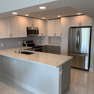 マイアミの小さいモダンスタイルのおしゃれなキッチン (アンダーカウンターシンク、シェーカースタイル扉のキャビネット、グレーのキャビネット、大理石カウンター、シルバーの調理設備、大理石の床、白い床、白いキッチンカウンター) の写真