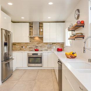 ロサンゼルスの中サイズのモダンスタイルのおしゃれなキッチン (ダブルシンク、フラットパネル扉のキャビネット、白いキャビネット、人工大理石カウンター、マルチカラーのキッチンパネル、テラコッタタイルのキッチンパネル、シルバーの調理設備の、テラコッタタイルの床、アイランドなし、ベージュの床、白いキッチンカウンター) の写真