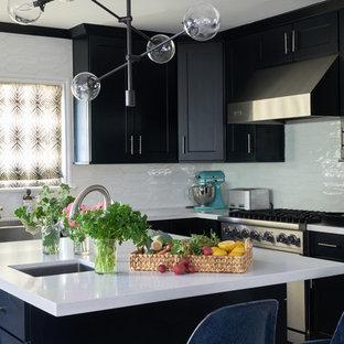 Offene, Mittelgroße Retro Küche mit Landhausspüle, Schrankfronten im Shaker-Stil, schwarzen Schränken, Kupfer-Arbeitsplatte, Küchenrückwand in Weiß, Küchengeräten aus Edelstahl, Kücheninsel und weißer Arbeitsplatte in Charlotte