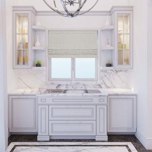 Zweizeilige, Große Klassische Wohnküche mit Einbauwaschbecken, profilierten Schrankfronten, weißen Schränken, Quarzit-Arbeitsplatte, Küchenrückwand in Weiß, Rückwand aus Stein, Küchengeräten aus Edelstahl, Marmorboden, Kücheninsel und weißem Boden in Los Angeles