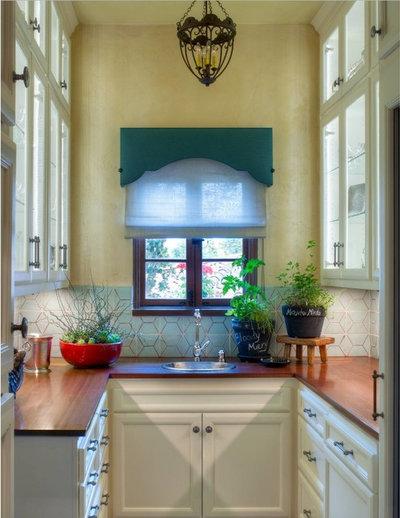Средиземноморский Кухня by Parker West Interiors