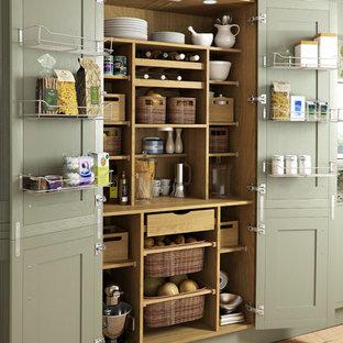 Klassische Küche mit Vorratsschrank, grünen Schränken und hellem Holzboden in Sonstige