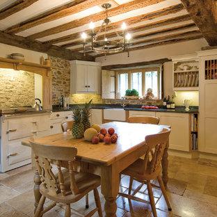 Ejemplo de cocina comedor en L, de estilo de casa de campo, pequeña, con fregadero sobremueble, armarios con paneles empotrados, puertas de armario blancas y electrodomésticos blancos