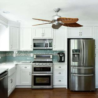 Esempio di una cucina di medie dimensioni con lavello stile country, ante con riquadro incassato, ante gialle, top in quarzo composito, paraspruzzi blu, paraspruzzi con piastrelle in ceramica, elettrodomestici in acciaio inossidabile e nessuna isola