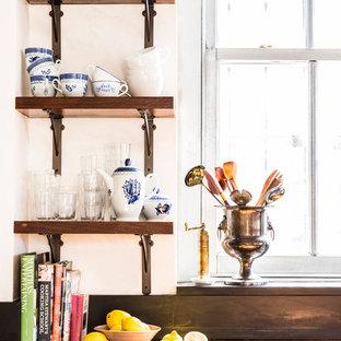 ニューヨークの中サイズのエクレクティックスタイルのおしゃれなキッチン (ダブルシンク、オープンシェルフ、濃色木目調キャビネット、亜鉛製カウンター、茶色いキッチンパネル、木材のキッチンパネル、シルバーの調理設備の、塗装フローリング、ベージュの床) の写真