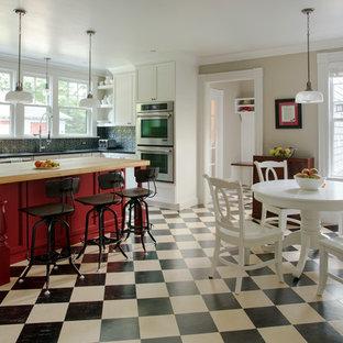 Einzeilige, Große Klassische Wohnküche mit weißen Schränken, Granit-Arbeitsplatte, Küchenrückwand in Grau, Rückwand aus Metallfliesen, Küchengeräten aus Edelstahl, Linoleum, Kücheninsel und Einbauwaschbecken in Boston