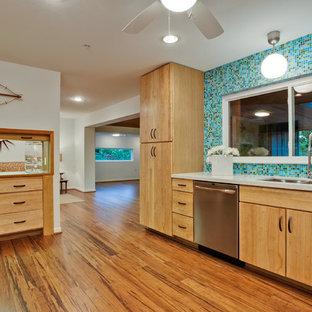Große Mid-Century Küche in U-Form mit Rückwand aus Mosaikfliesen, bunter Rückwand, hellen Holzschränken, flächenbündigen Schrankfronten, Unterbauwaschbecken, Quarzwerkstein-Arbeitsplatte, Küchengeräten aus Edelstahl, Bambusparkett, Halbinsel und braunem Boden in Dallas