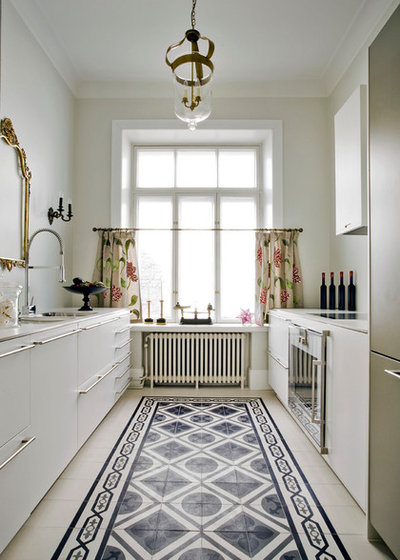 Transitional Kitchen by Mosaic del Sur