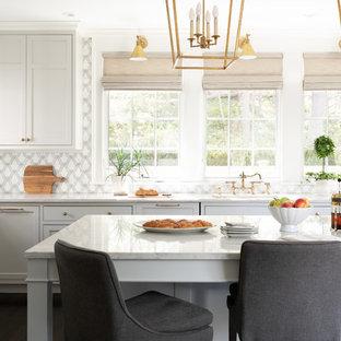 Maritime Küche in L-Form mit grauen Schränken, Marmor-Arbeitsplatte, Kücheninsel, weißer Arbeitsplatte, Schrankfronten im Shaker-Stil, bunter Rückwand und dunklem Holzboden in Boston