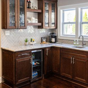 Esempio di una cucina abitabile classica di medie dimensioni con lavello sottopiano, ante in stile shaker, ante marroni, top in granito, paraspruzzi grigio, paraspruzzi con piastrelle diamantate, elettrodomestici neri, parquet scuro, isola, pavimento marrone e top multicolore