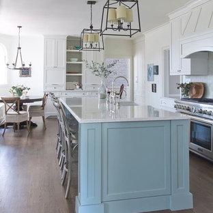アトランタの大きいトラディショナルスタイルのおしゃれなキッチン (エプロンフロントシンク、シェーカースタイル扉のキャビネット、青いキャビネット、クオーツストーンカウンター、白いキッチンパネル、ガラスタイルのキッチンパネル、シルバーの調理設備の、濃色無垢フローリング) の写真