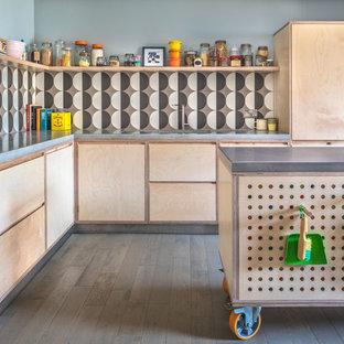 Imagen de cocina comedor en L, ecléctica, de tamaño medio, con fregadero de un seno, armarios con paneles lisos, puertas de armario de madera clara, encimera de cemento, salpicadero multicolor, salpicadero de azulejos de cerámica, suelo de madera clara, una isla, suelo gris y encimeras grises