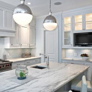 ニューヨークのヴィクトリアン調のおしゃれなキッチン (ガラス扉のキャビネット、シルバーの調理設備の、御影石カウンター) の写真