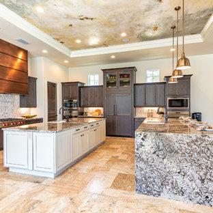 Offene, Große Mediterrane Küche in L-Form mit Unterbauwaschbecken, dunklen Holzschränken, Küchenrückwand in Beige, Elektrogeräten mit Frontblende, zwei Kücheninseln, beigem Boden, Schrankfronten mit vertiefter Füllung, Granit-Arbeitsplatte, Rückwand aus Steinfliesen und bunter Arbeitsplatte in Orlando
