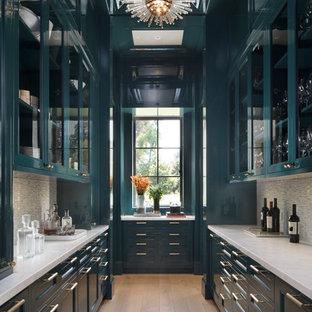 サンフランシスコのトランジショナルスタイルのおしゃれなキッチン (ガラス扉のキャビネット、無垢フローリング、アイランドなし、白いキッチンカウンター、ターコイズのキャビネット、珪岩カウンター、マルチカラーのキッチンパネル、ボーダータイルのキッチンパネル、茶色い床) の写真