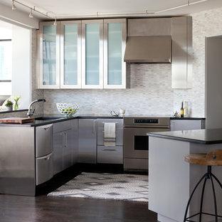 Ejemplo de cocina en L, actual, de tamaño medio, con suelo de madera oscura