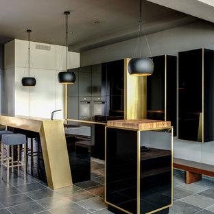 Offene, Zweizeilige, Mittelgroße Moderne Küche mit flächenbündigen Schrankfronten, schwarzen Schränken, schwarzen Elektrogeräten, zwei Kücheninseln, grauem Boden und integriertem Waschbecken in Berlin