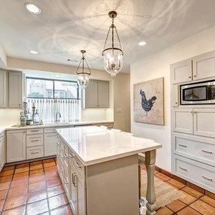 Idéer för att renovera ett mycket stort vintage vit vitt kök, med en undermonterad diskho, luckor med infälld panel, grå skåp, bänkskiva i onyx, gult stänkskydd, rostfria vitvaror, klinkergolv i terrakotta, flera köksöar och flerfärgat golv