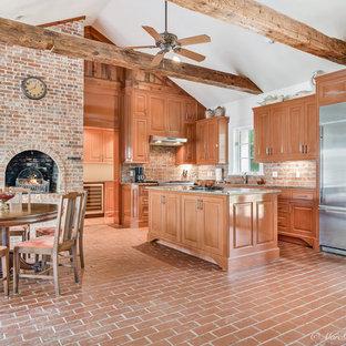 Idéer för att renovera ett vintage kök, med en undermonterad diskho, luckor med upphöjd panel, bruna skåp, granitbänkskiva, rött stänkskydd, stänkskydd i tegel, rostfria vitvaror, tegelgolv, en köksö och rött golv