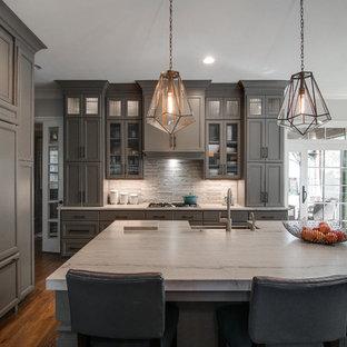 Exempel på ett stort klassiskt flerfärgad linjärt flerfärgat kök och matrum, med en enkel diskho, luckor med infälld panel, grå skåp, bänkskiva i kalksten, flerfärgad stänkskydd, stänkskydd i marmor, rostfria vitvaror, ljust trägolv, en köksö och brunt golv