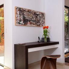 Modern Kitchen by Innova Cabinetry, Inc.