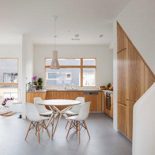 ロンドンの中サイズのコンテンポラリースタイルのおしゃれなキッチン (フラットパネル扉のキャビネット、中間色木目調キャビネット、コンクリートカウンター、白いキッチンパネル、クッションフロア、アイランドなし) の写真
