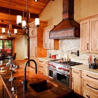 Inspiration för ett stort rustikt kök, med en enkel diskho, luckor med infälld panel, bruna skåp, bänkskiva i akrylsten, flerfärgad stänkskydd, stänkskydd i sten, rostfria vitvaror, mörkt trägolv och en köksö