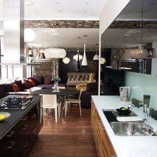 Ejemplo de cocina en L, moderna, grande, abierta, con fregadero de doble seno, armarios con puertas mallorquinas, puertas de armario marrones, electrodomésticos de acero inoxidable, suelo de madera en tonos medios, una isla y suelo marrón