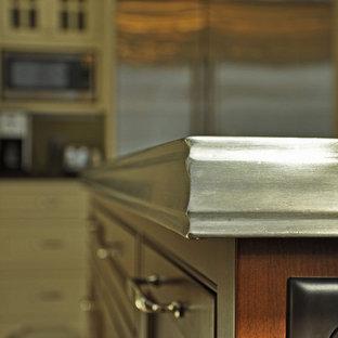 他の地域の中サイズのヴィクトリアン調のおしゃれなキッチン (エプロンフロントシンク、シェーカースタイル扉のキャビネット、白いキャビネット、亜鉛製カウンター、白いキッチンパネル、サブウェイタイルのキッチンパネル、シルバーの調理設備の、セラミックタイルの床) の写真