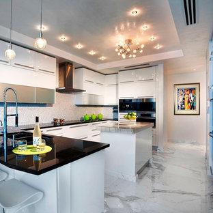 Идея дизайна: большая угловая кухня-гостиная в современном стиле с плоскими фасадами, белыми фасадами, двойной раковиной, фартуком цвета металлик, фартуком из стеклянной плитки, техникой из нержавеющей стали, мраморным полом, островом и серым полом