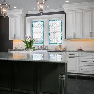 フィラデルフィアの中サイズのヴィクトリアン調のおしゃれなキッチン (エプロンフロントシンク、レイズドパネル扉のキャビネット、白いキャビネット、御影石カウンター、白いキッチンパネル、磁器タイルのキッチンパネル、シルバーの調理設備、トラバーチンの床) の写真