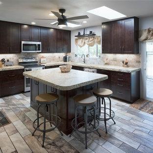 フェニックスの中サイズのラスティックスタイルのおしゃれなキッチン (アンダーカウンターシンク、シェーカースタイル扉のキャビネット、濃色木目調キャビネット、御影石カウンター、マルチカラーのキッチンパネル、石タイルのキッチンパネル、シルバーの調理設備の、磁器タイルの床、マルチカラーの床、ベージュのキッチンカウンター) の写真