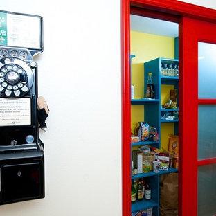 シアトルの中サイズのエクレクティックスタイルのおしゃれなキッチン (アンダーカウンターシンク、落し込みパネル扉のキャビネット、緑のキャビネット、クオーツストーンカウンター、マルチカラーのキッチンパネル、ガラスタイルのキッチンパネル、シルバーの調理設備の、無垢フローリング) の写真