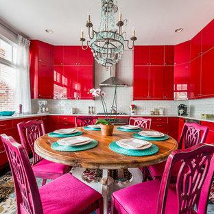 アトランタのエクレクティックスタイルのおしゃれなキッチン (アンダーカウンターシンク、フラットパネル扉のキャビネット、赤いキャビネット、白いキッチンパネル、サブウェイタイルのキッチンパネル、シルバーの調理設備の、アイランドなし、マルチカラーの床、グレーのキッチンカウンター) の写真