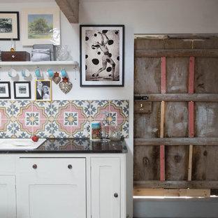 Imagen de cocina comedor de galera, campestre, sin isla, con puertas de armario blancas, encimera de granito, salpicadero rosa, fregadero sobremueble, salpicadero de azulejos de cerámica y electrodomésticos con paneles