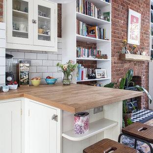 Esempio di una piccola cucina chic con lavello da incasso, ante di vetro, ante bianche, top in legno, paraspruzzi bianco, paraspruzzi con piastrelle diamantate, penisola e parquet scuro
