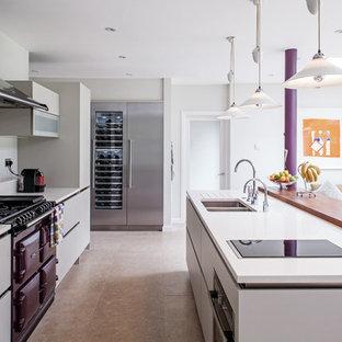 Offene, Zweizeilige Moderne Küche mit Doppelwaschbecken, flächenbündigen Schrankfronten, grauen Schränken, bunten Elektrogeräten und Kücheninsel in London