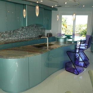 Moderne Küche mit Doppelwaschbecken, flächenbündigen Schrankfronten, türkisfarbenen Schränken, Küchenrückwand in Metallic und Rückwand aus Metallfliesen in Chicago